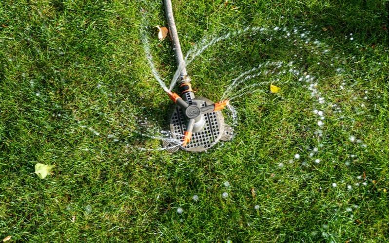 Povrchový zavlažovač trávníku