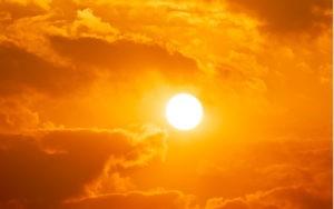 silně svítící slunce