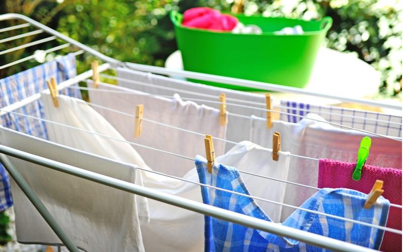 Pokud převěsíte prádlo přes dvě tyče usuší se rychleji, protože se mu dostává více vzduchu