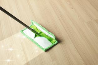 utírání podlahy mopem