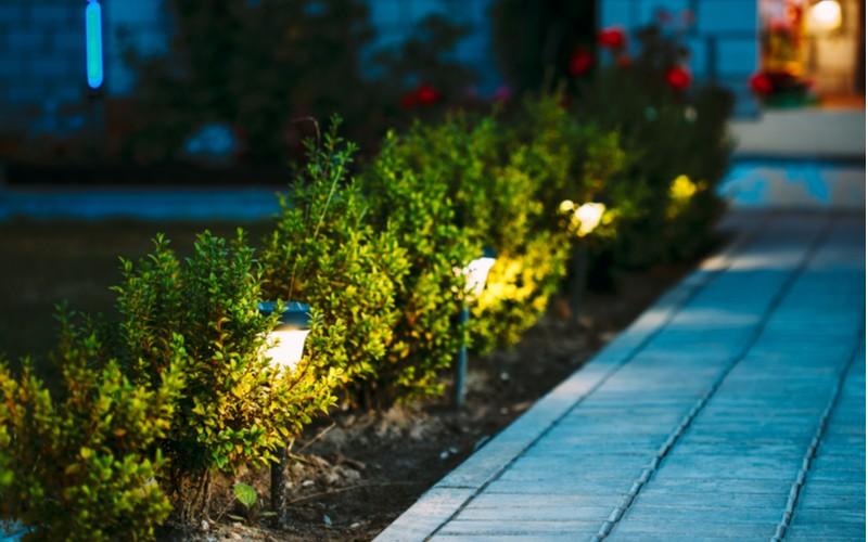 chodník osvětlený solárními lampami v noci
