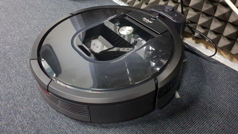iRobot Roomba 981 připraven k vysávání