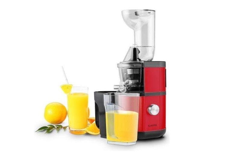 Odšťavňovač a pohár s pomerančovou šťávou