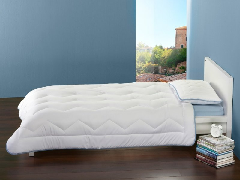 Přikrývka Dormeo Siena na posteli