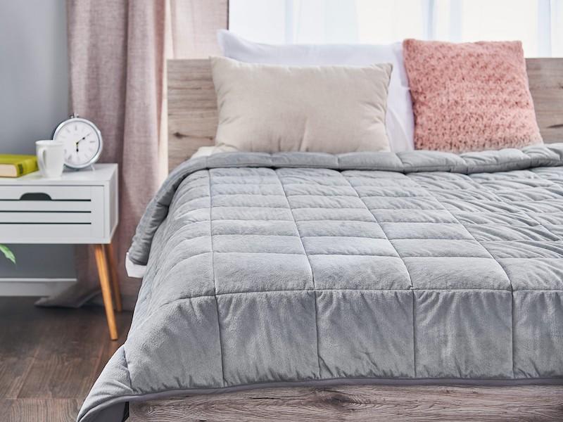 Přikrývka na posteli vynikne