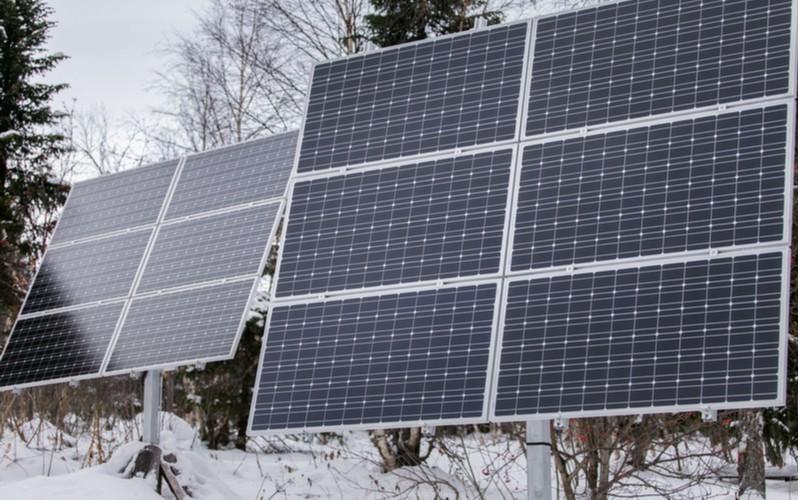 Solární panely v zimě na stojanu