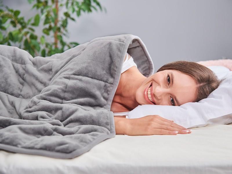 Vysmál žena přikrytá antistresový přikrývkou Dormeo