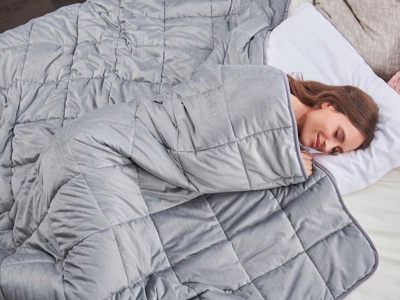 Žena spí pod antistresový přikrývkou