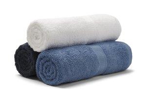 Bílý, černý a modrý ručník