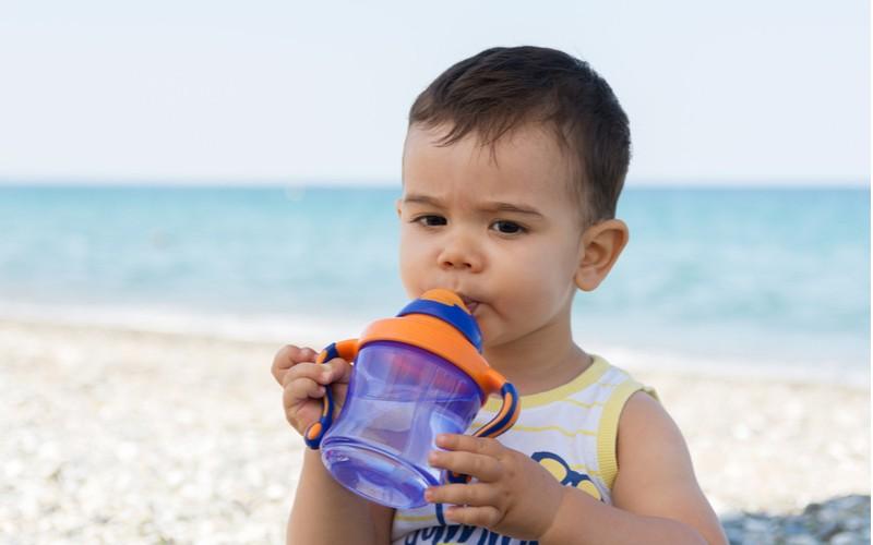 Chlapec pijící vodu z láhve