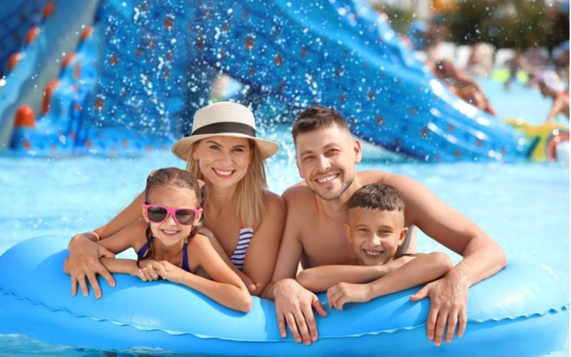 Čtyřčlenná rodina v aquaparku