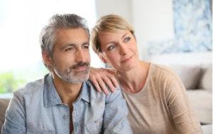 Dárky pro tetu a strýce - muž a žena ve středních letech