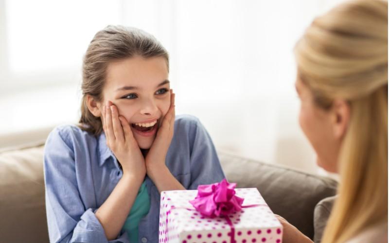 dívka se těší z dárku