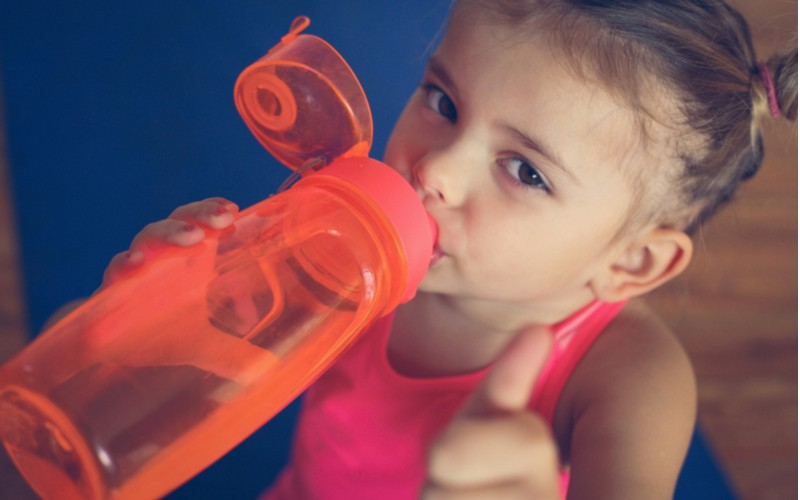Zdravá lahev může být i plastová - holčička pije vodu z plastové lahve