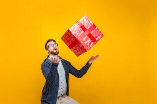 muž s dárkem - jak vybrat dárek pro muže