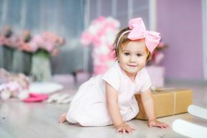 Malé dítě sedí na zemi s hračkami