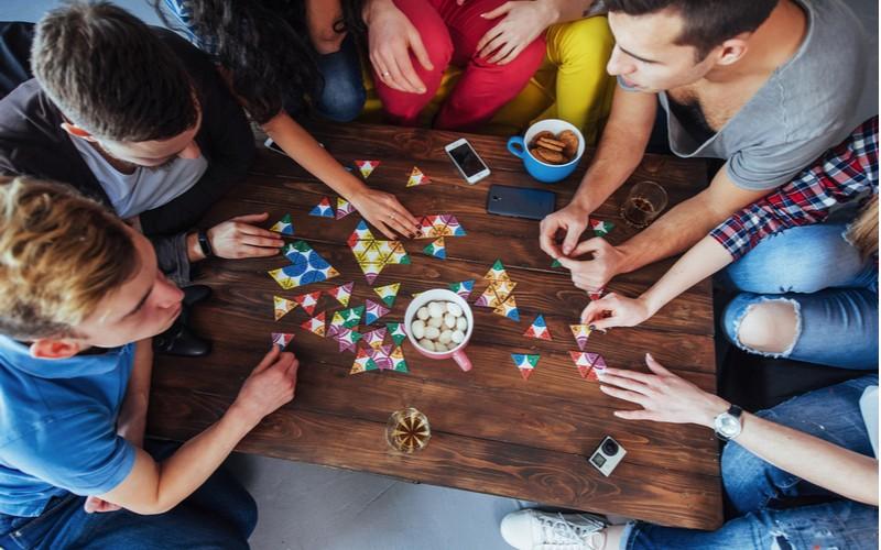 Mladí lidé hrají společenské hry