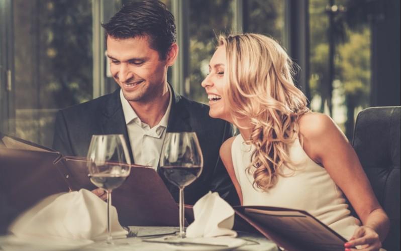 Muž a žena na večeři v restauraci