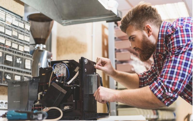 Poruchy kávovarů se nevyhýbají ani automatickým modelům - opravář opravuje kávovar