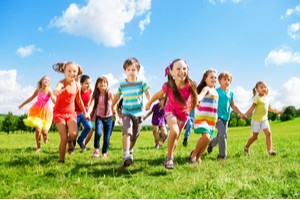 šťastné děti si hrají na louce