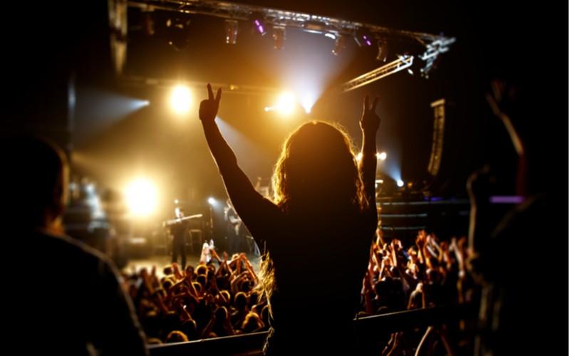 Žena na koncertě kapely