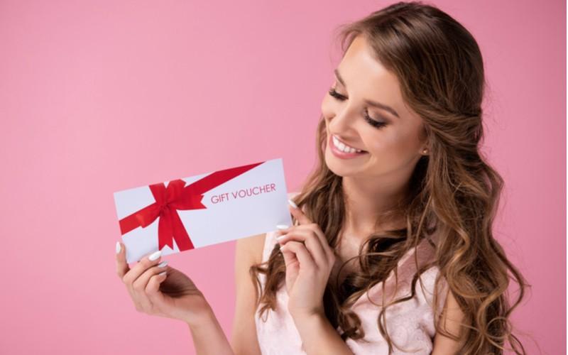 žena s dárkem voucherem