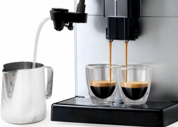 Karafa s mlékem připojena na kávovar Saeco Lirika Plus