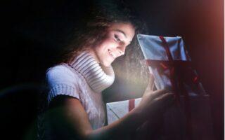 mladá žena otevírá dárek