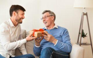 Muž dává dárek svému otci