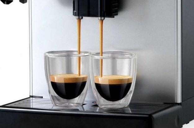 Příprava dvou šálků kávy současně na kávovaru Saeco Lirika Plus