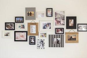 rodinné fotografie v rámečcích na stěně