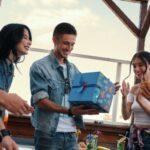 Usměvavý mladík s narozeninový dárek