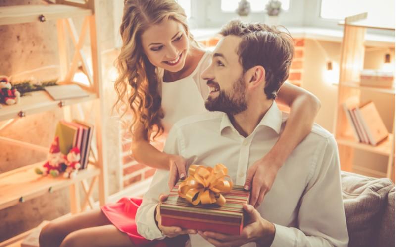 Žena dává dárek příteli