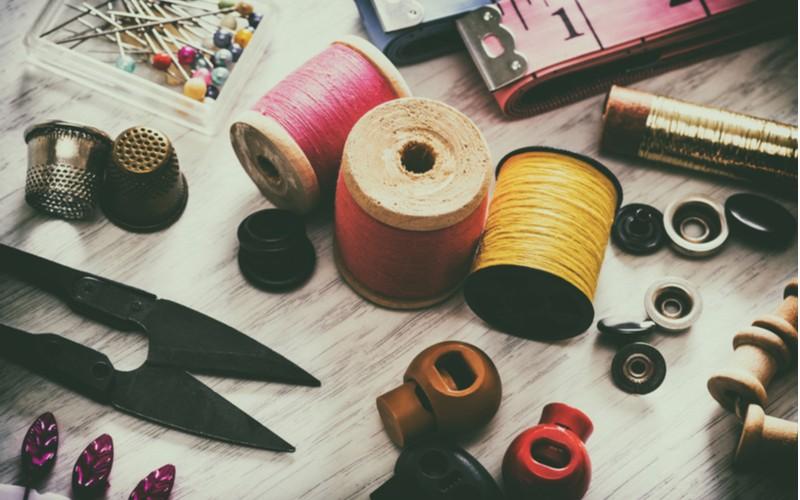 Bavlnky na šití, nůžky a metr
