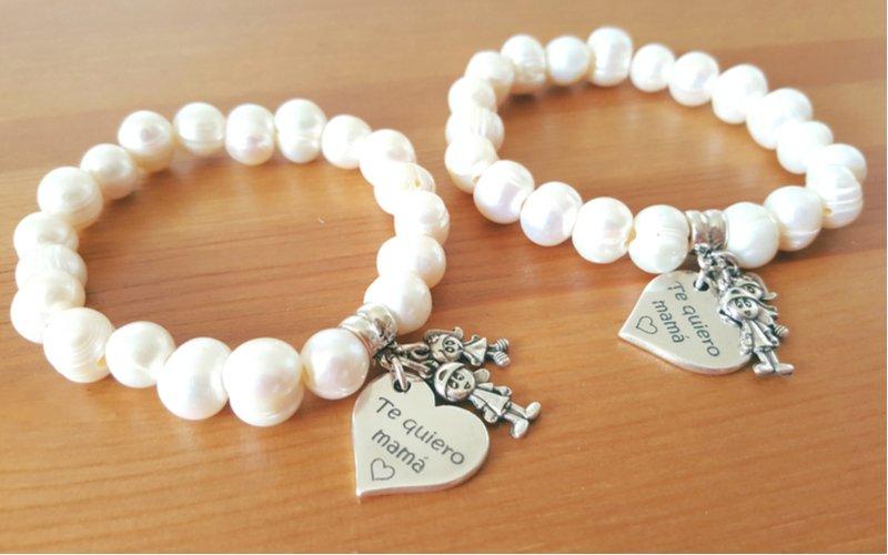 Dva bílé perlové náramky pro mámu