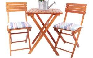 Dvě dřevěné židle a stůl