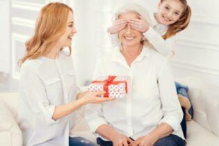 Holčička s matkou a babičkou oslavují babkine narozeniny