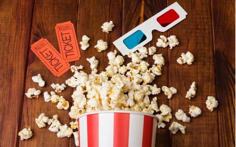 Lístky do kina a popcorn