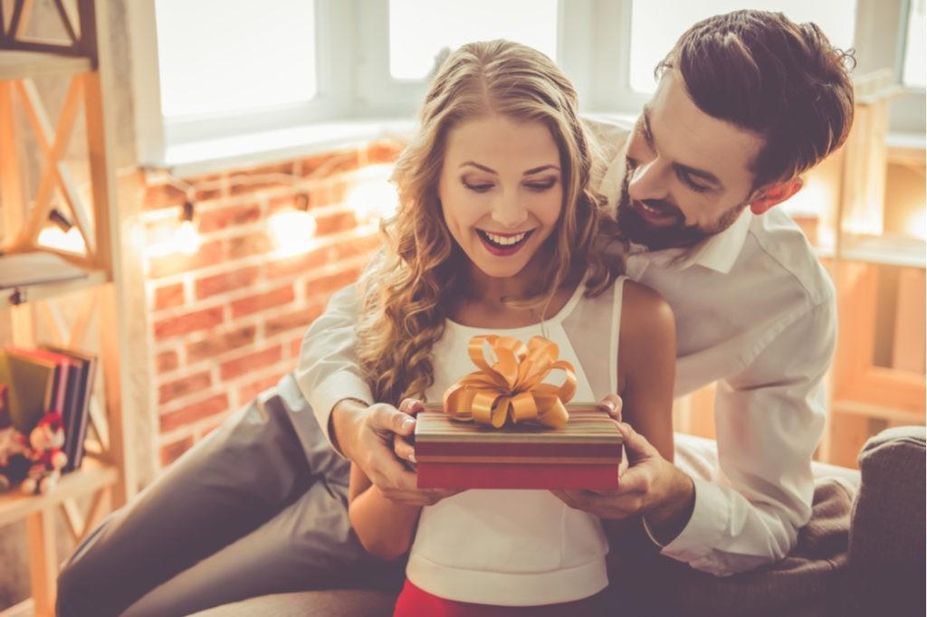 muž dává dárek své manželce