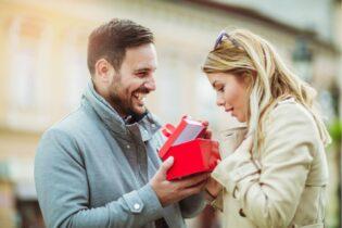 Muž dává ženě dárek