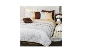 Šedě bílý přehoz na postel s polštáři