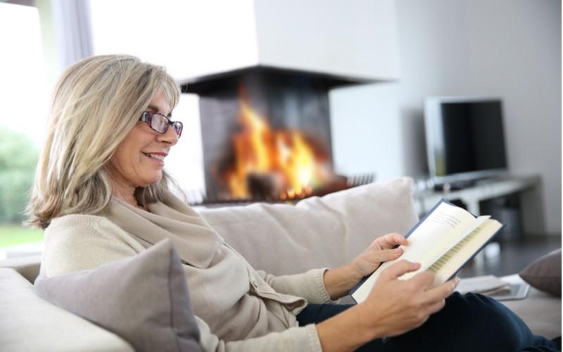 Žena čte knihu na pohovce