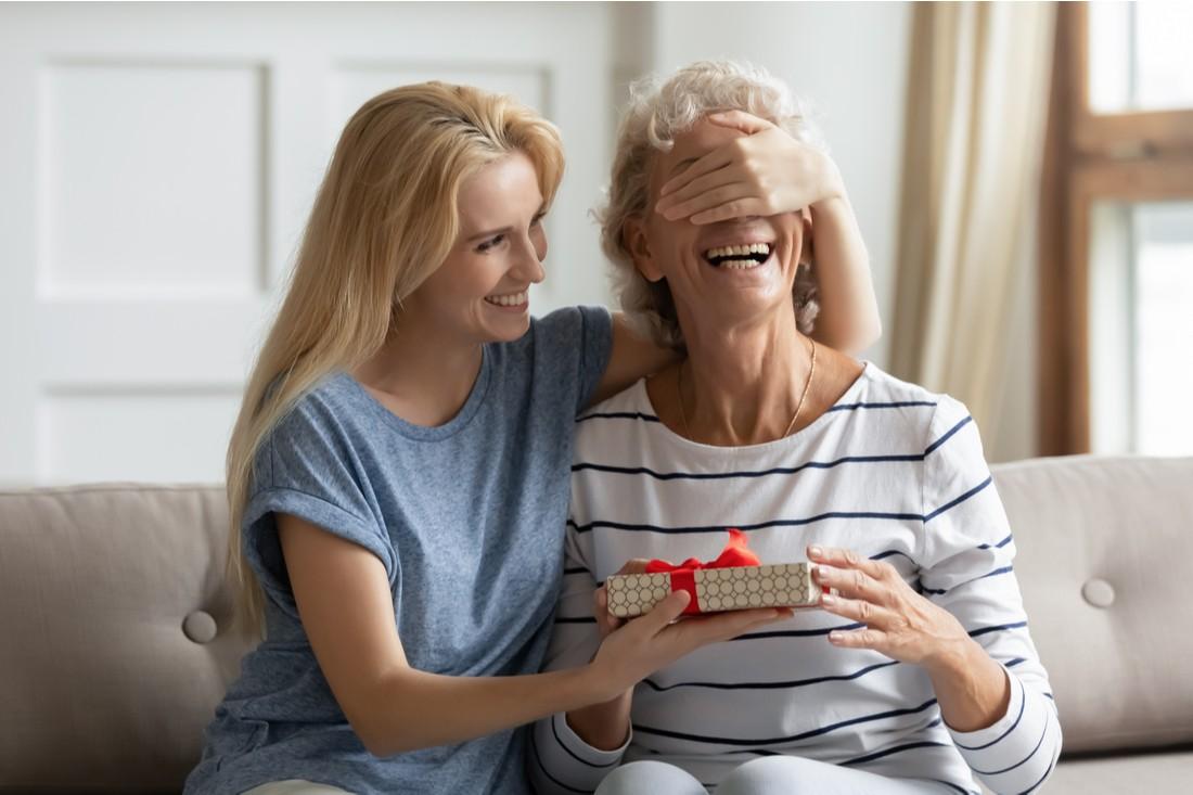 Žena dává dárek své matce