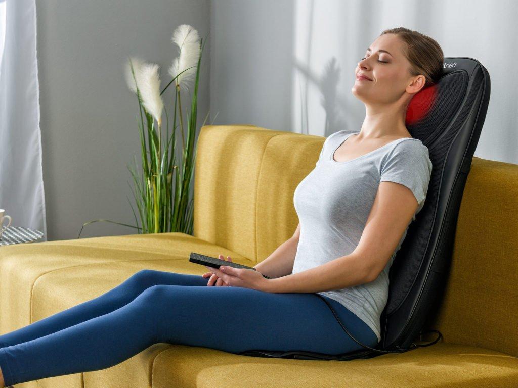 Masážní podložka zad a nohou Shiatsu 4v1 - průběh masáže na gauči