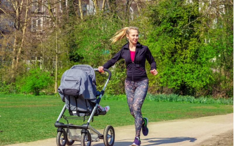 Mladá žena běhá se sportovním kočárkem