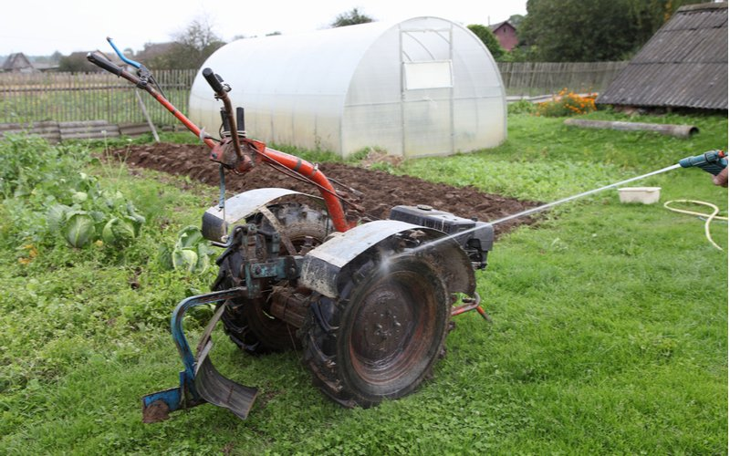 Dvoukolový malotraktor v zahradě