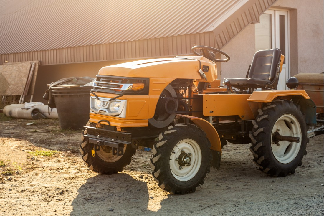 zaparkovaný žlutý malotraktor