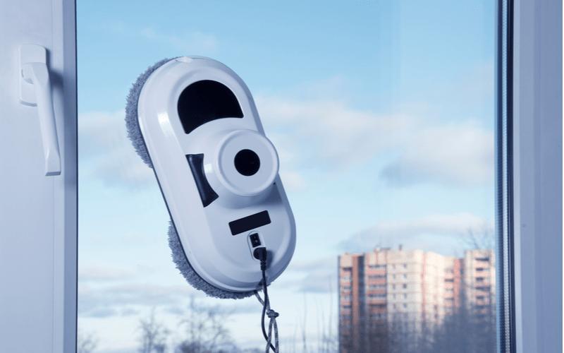 Bílý robotický čistič oken