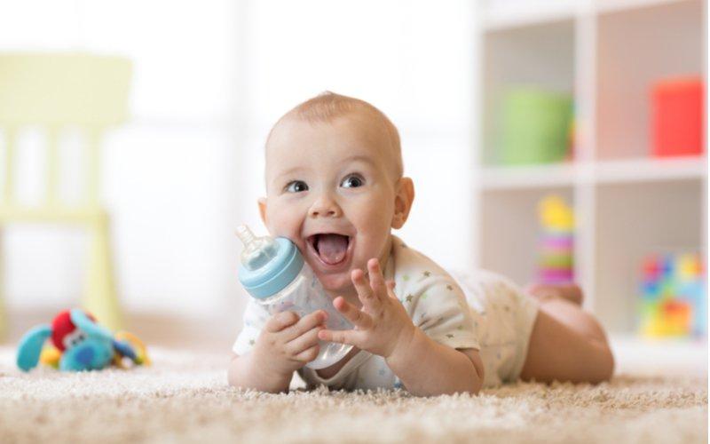 Děťátko s flaškou na koberci