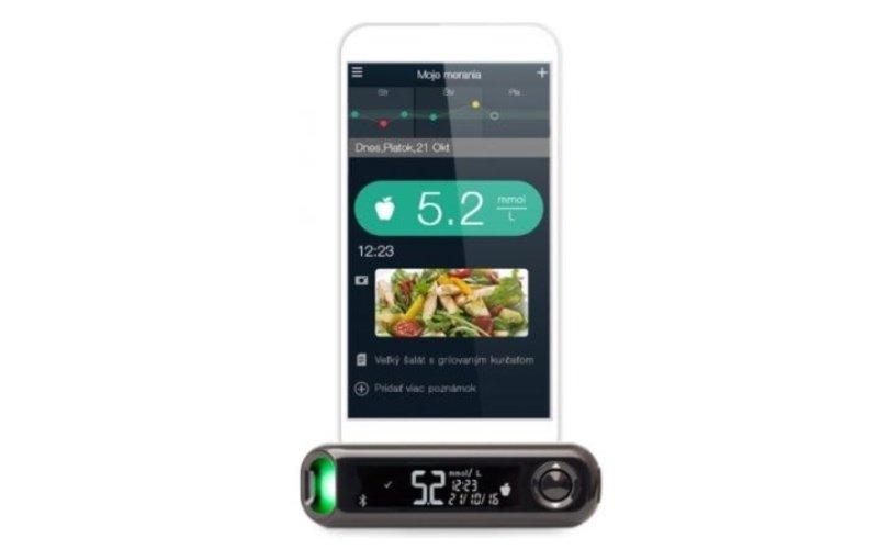Mobilní telefon propojený s glukometrem